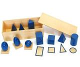 Geometrická tělesa s podstavci a krabicí